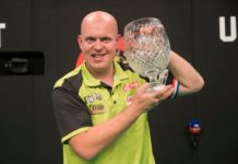 Michael van Gerwen s trofejou z World Grand Prix