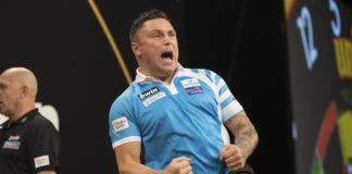 Walesan Gerwyn Price oslavuje zisk legu na Grand Slam of Darts
